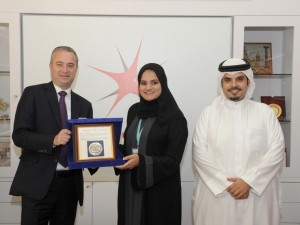 """بوليتكنك البحرين تكرم الطالبة مليحة إسماعيل  لحصولها على ميدالية """"المتسابق المتميز"""""""